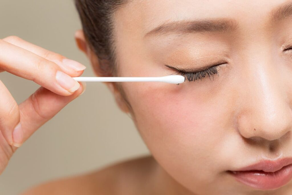 How to Remove Mascara Without Makeup Wipes - bodyfacelab.com